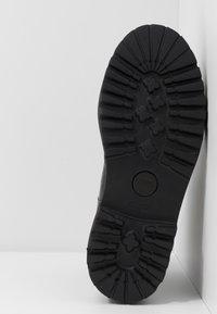 KARL LAGERFELD - PATROL BROGUE CHELSEA BOOT - Plateaustiefelette - black/white - 6