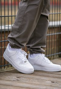 Nike Sportswear - AIR FORCE 1 '07 - Matalavartiset tennarit - white - 7