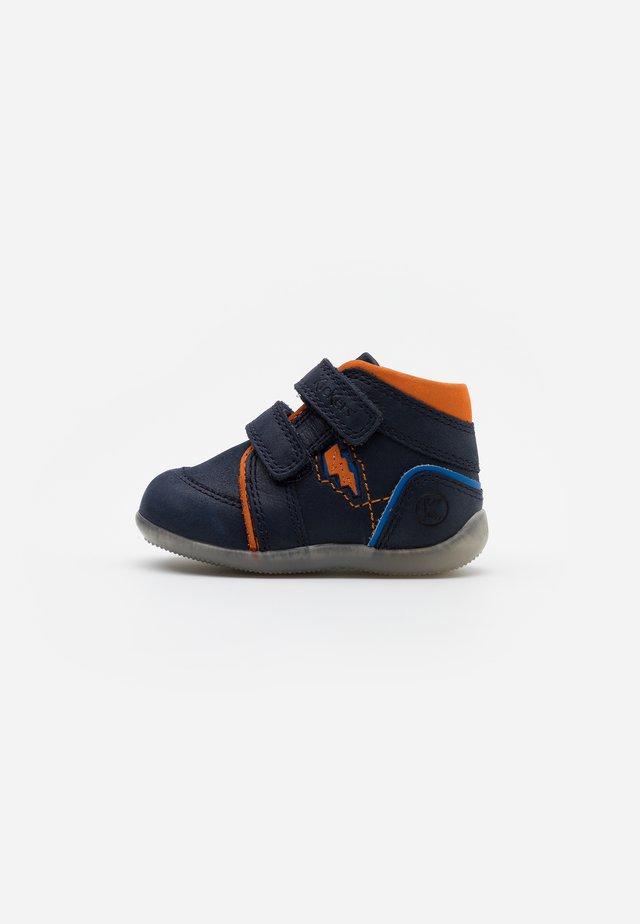BIBOY POWER - Dětské boty - marine/orange