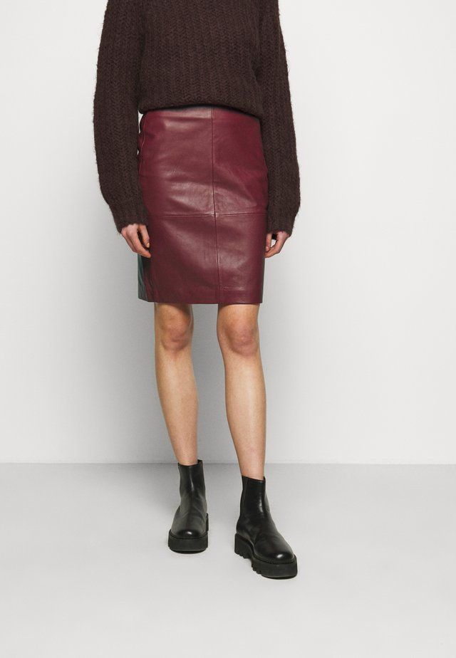 CECILIA - Leather skirt - red pear