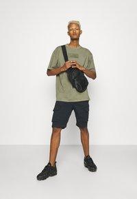 Karl Kani - SMALL SIGNATURE BOX WASHED TEE UNISEX - Basic T-shirt - green - 1