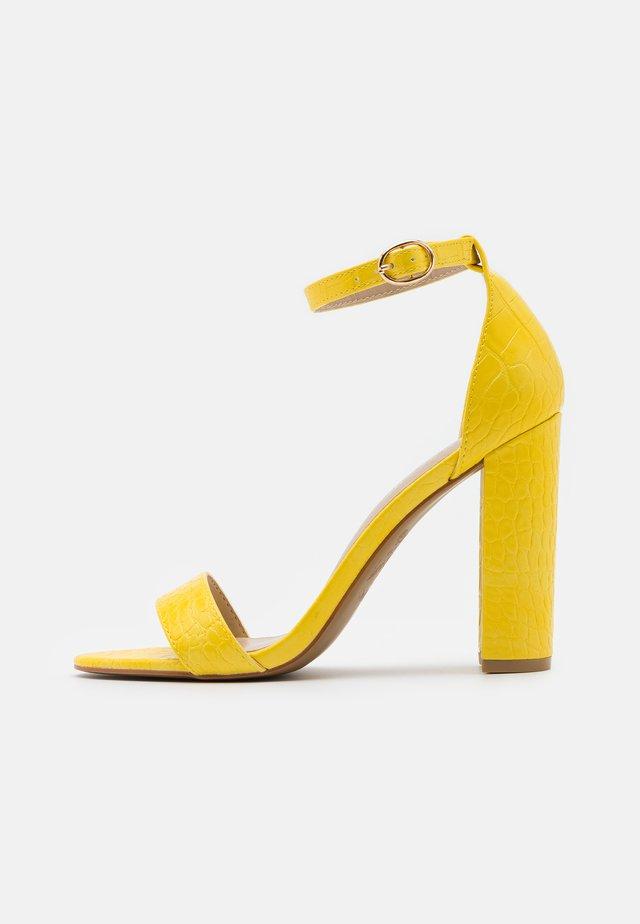 Sandali con tacco - yellow
