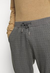 Abercrombie & Fitch - HOUNDSTOOTH STRETCH TERRY - Trousers - grey - 5