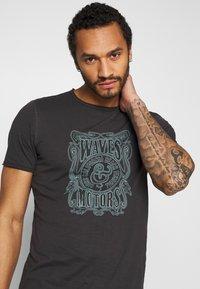 Only & Sons - ONSCARL SLIM RAW EDGE TEE  - T-shirt print - phantom - 3