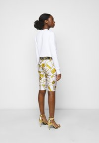 Versace Jeans Couture - BIKER - Shorts - white - 2