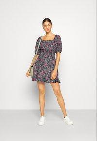 Miss Selfridge - SQUARE NECK SHIRRED DRESS - Robe d'été - multi-coloured - 1
