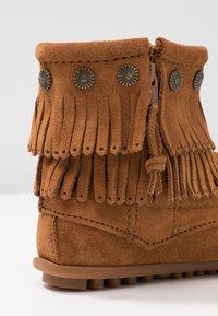 Minnetonka - DOUBLE FRINGE SIDE ZIP - Kotníková obuv - brown - 2
