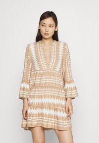 ONLY - ONLNAYA ATHENA DRESS - Denní šaty - indian tan/white - 0