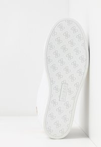 Guess - FAYNE - Trainers - white/gold - 6
