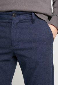Selected Homme - SLHSLIM ARVAL PANTS - Spodnie materiałowe - navy blazer - 5