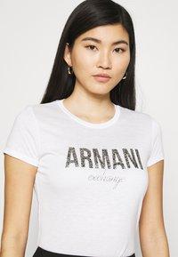 Armani Exchange - T-shirts med print - optic white - 4