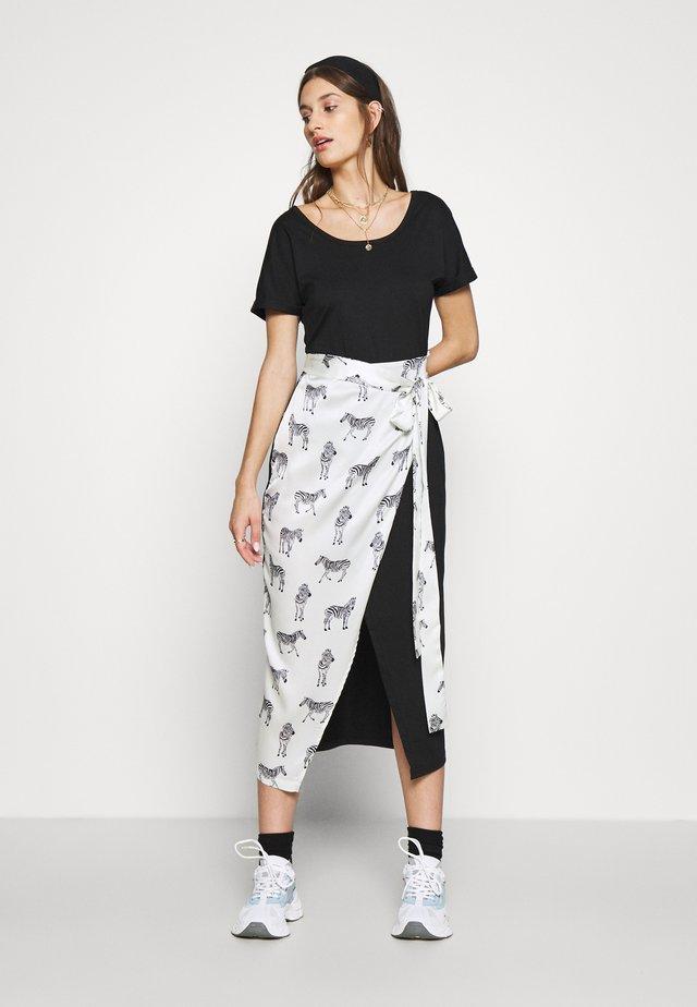 BLACK ZEBRA LOUNGE WRAP DRESS - Robe d'été - black