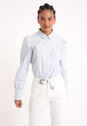 MIT PUFFÄRMELN - Button-down blouse - himmelblau