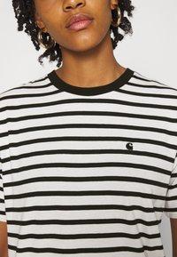 Carhartt WIP - ROBIE - T-shirt print - wax/black - 4