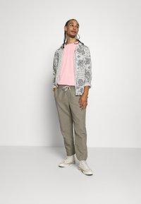 AllSaints - TONAL BRACKET CREW - Print T-shirt - washed puty/opal pink - 1