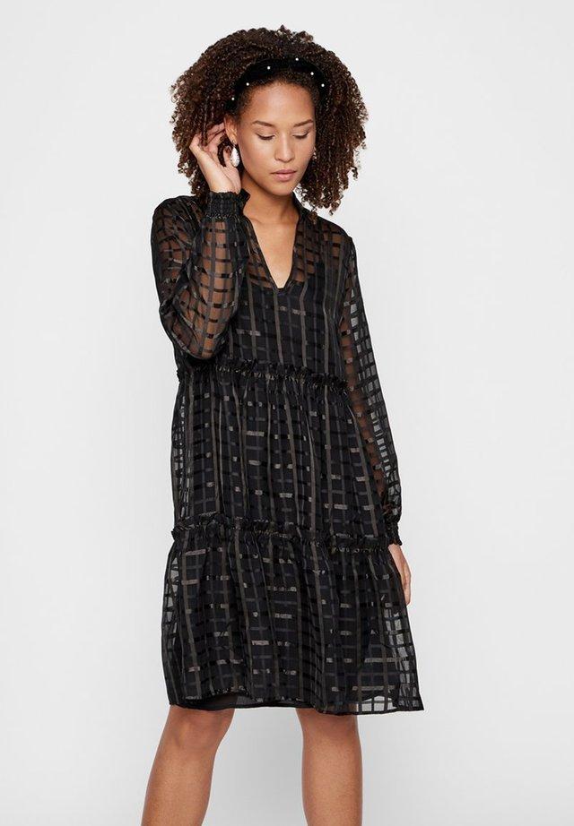 MIT STUFEN STRUKTUR - Robe d'été - black