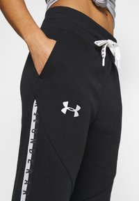 Under Armour - FLEECE PANT TAPED WM - Verryttelyhousut - black/onyx white