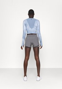 Under Armour - RUN ANYWHERE CROPPED - Long sleeved top - isotope blue - 2
