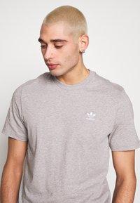 adidas Originals - ESSENTIAL TEE UNISEX - Basic T-shirt - mottled grey - 3