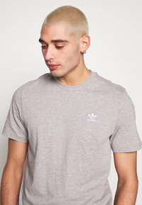 adidas Originals - ESSENTIAL TEE UNISEX - T-shirts basic - mottled grey