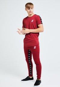 Illusive London Juniors - ILLUSIVE LONDON GRAVITY - Basic T-shirt - red - 2