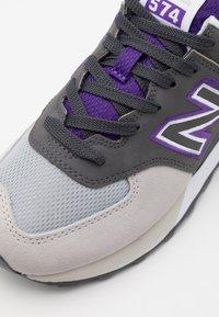 New Balance - SCHUHE ML 574 - Matalavartiset tennarit - grey/purple - 5