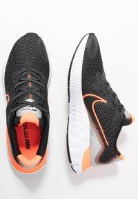 Nike Performance - RENEW RUN - Obuwie do biegania treningowe - black/total orange/particle grey/mystic dates/white/chrome - 1