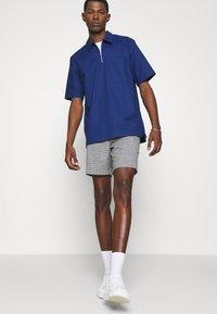 Club Monaco - BAXTER MICRO CHECK - Shorts - grey - 3