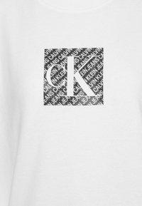 Calvin Klein Jeans - HOLOGRAM LOGO CREW NECK - Sweatshirt - bright white - 5
