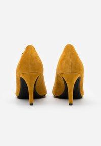s.Oliver BLACK LABEL - COURT SHOE - Classic heels - saffron - 2