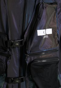 Calvin Klein Jeans - TECHNICAL 2 IN 1 UTILITY JACKET - Väst - purple
