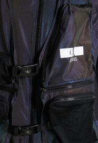 Calvin Klein Jeans - TECHNICAL 2 IN 1 UTILITY JACKET - Bodywarmer - purple/olive - 7