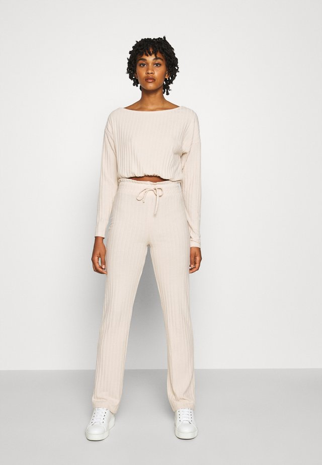 SLOUCHY SHOULDER SET - Trousers - creme