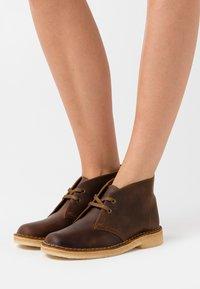 Clarks Originals - DESERT BOOT - Zapatos con cordones - beeswax - 0
