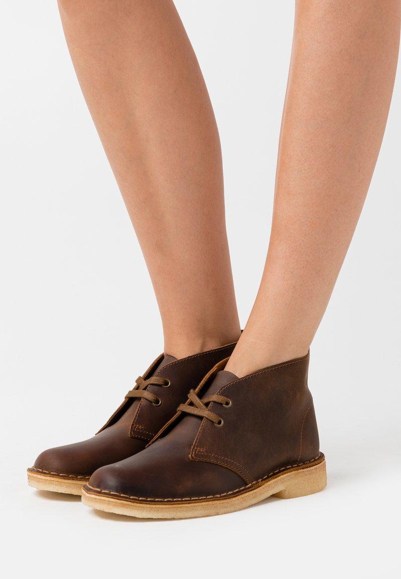 Clarks Originals - DESERT BOOT - Zapatos con cordones - beeswax