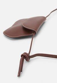 Little Liffner - PEBBLE MICRO BAG - Handbag - chestnut - 4