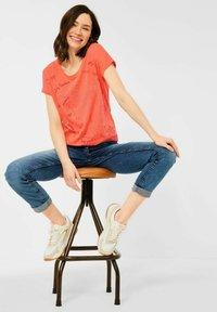 Cecil - MIT BURNOUT-OPTIK - Print T-shirt - coral - 2