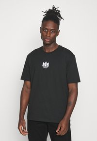 adidas Originals - TEE UNISEX - T-shirts print - black/white - 0