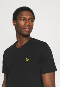 Lyle & Scott - V NECK - T-shirt - bas - true black - 3