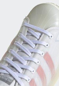 adidas Originals - SUPERSTAR FUTURESHELL - Tenisky - ftwr white/semi solar red/bright blue - 8