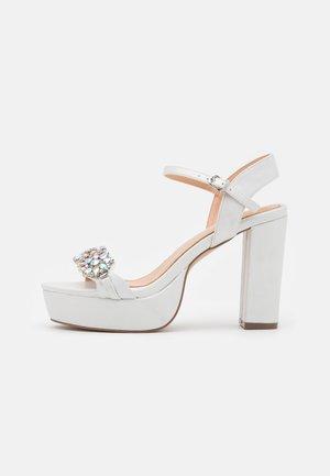 LEANDRA - Sandalen met hoge hak - white