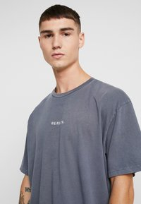 Topman - BERLIN GRAPHIC - Print T-shirt - grey - 3