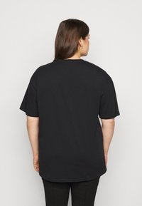 Vero Moda Curve - VMGALINA LONG BOX  - Print T-shirt - black - 2