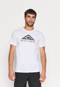 Nike Performance - TEE TRAIL - T-shirt med print - white - 4
