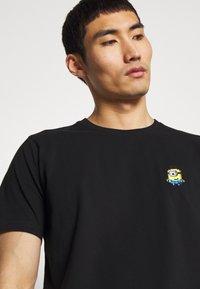 Bricktown - SMILING MINION SMALL - Print T-shirt - black - 3
