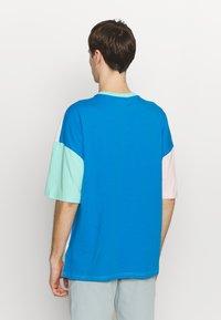 Hummel Hive - UNISEX HMLFERIE  - T-shirts med print - blue aster - 2