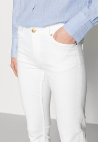 Lindex - TROUSERS TOVA CROPPED - Jeans slim fit - off white - 3