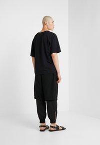3.1 Phillip Lim - OVERSIZED BOXY VNECK TEE - T-shirt basique - black - 2