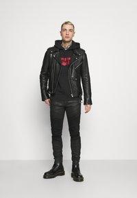 Levi's® - RELAXD GRAPHIC HOODIE UNISEX - Felpa con cappuccio - black - 1