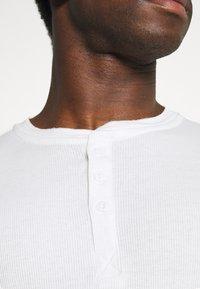 Jack & Jones - JACHENRIK 2 PACK - Pyjama top - grey melange/blanc de blanc - 5